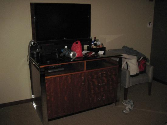 Battery Wharf Hotel, Boston Waterfront: Flat screen TV and mini-bar