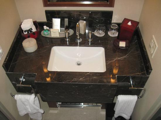 Battery Wharf Hotel, Boston Waterfront: Bathroom sink