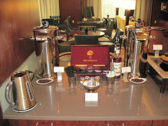 Battery Wharf Hotel, Boston Waterfront : Free coffee and tea in the private lounge of the Gold Building