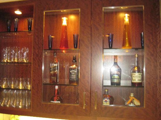 Battery Wharf Hotel, Boston Waterfront: Alcohol (self-served but not free) in the private lounge of the Gold Building