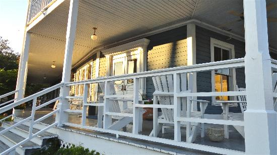 Апалачикола, Флорида: The lovely front porch of The Gibson Inn, Apalachicola.