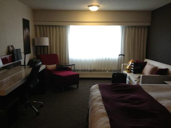 Delta Calgary South Hotel: Refurbished room