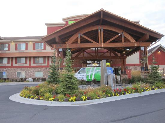 Holiday Inn Express Hotel & Suites Kalispell: View of the front of the hotel