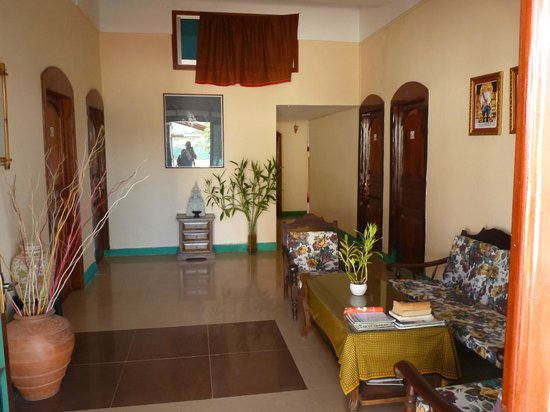 Moon River Lodge Kampot: foyer area