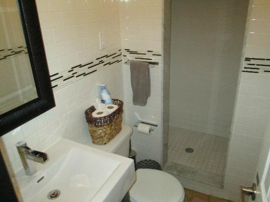 Downtown Home Inn: Top Floor bathroom