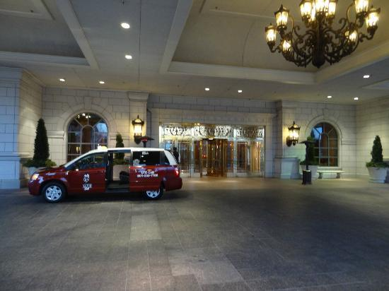 Grand America Hotel: Front entry