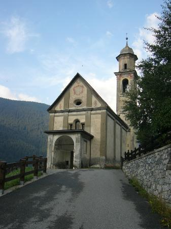 Residence Fior d'Alpe: Lovely little church just up the road