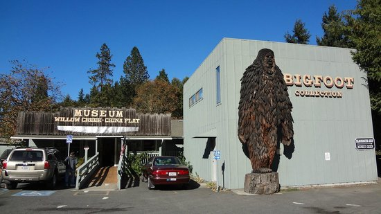 Willow Creek, CA: the China Flat Museum with Bigfoot in front
