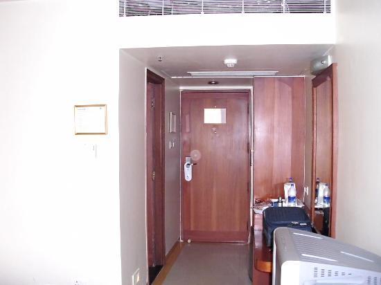 Comfort Inn: Entrance & CRT TV