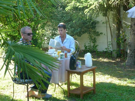 Villa PondY: PETIT DEJEUNER DANS LE JARDIN