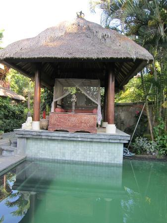 d'Omah Hotel Bali: Chill out area/pool. Put my Kindle Touch to good use here!!