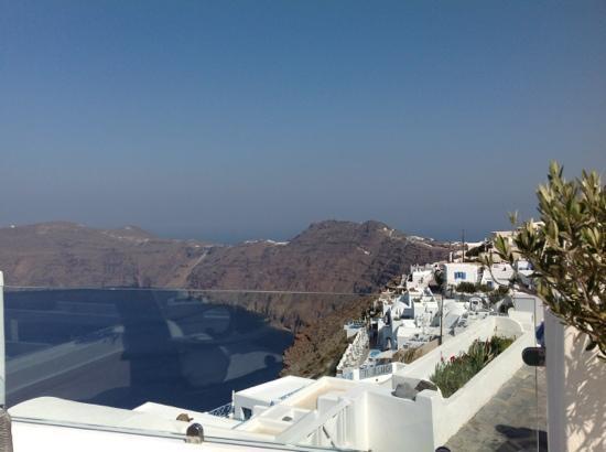 Above Blue Suites: Blick vom Pool/ Terrasse