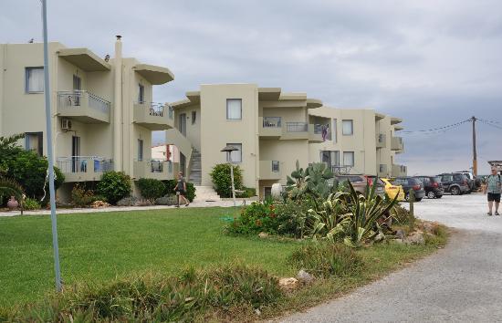 Rania Beach Hotel: hotelterrein, met ruime parkeergelegenheid