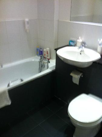 Mehfil Hotel : Clean Bathroom