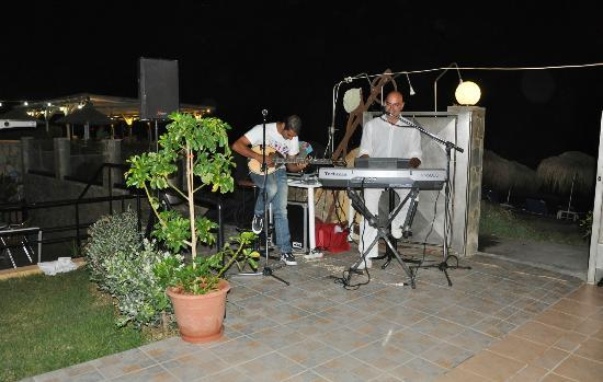 Menia Beach Hotel: Live music