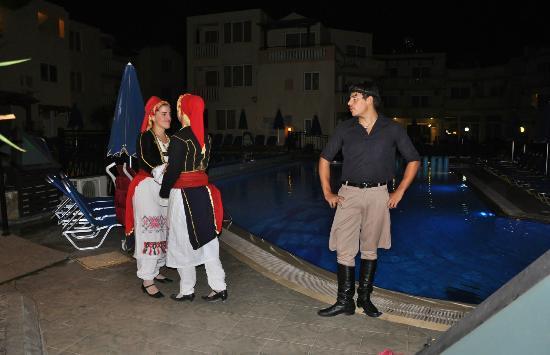 Menia Beach Hotel: Kretenzer dansers