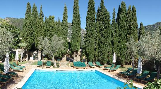 Valldemossa Hotel: Pool under the mountains