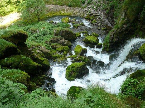 Lecco, Itália: La cascata che scaturisce dalla sorgente del torrente Enna