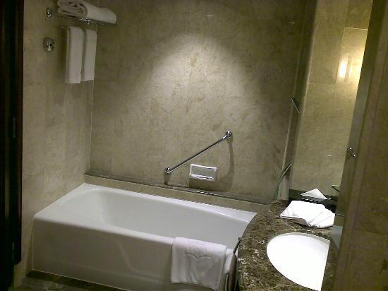 Shangri-La Hotel Jakarta: tub