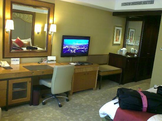Shangri-La Hotel Jakarta: desk