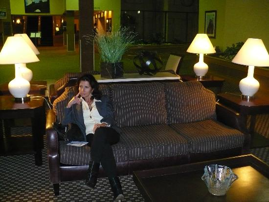 DoubleTree by Hilton Hotel Newark Airport: Lounge in the Wide Open Area of an Interior Lobby- Lounge & Garden