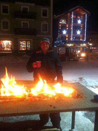 Hotel Posta: Tomando vinho quenta na rua, aquecido pelos fogareiros que espalham nas calçadas