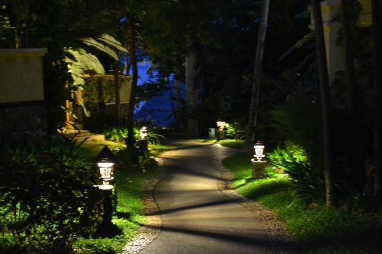 Nora Beach Resort and Spa: Path at night