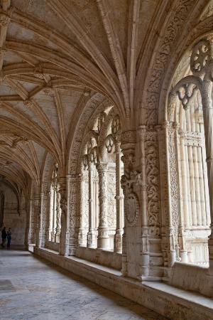 Mosteiro dos Jeronimos: Long hallway in Manueline Style