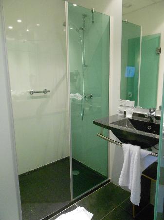 Hôtel Escale Oceania Nantes Aéroport : petite salle de bain fonctionnelle