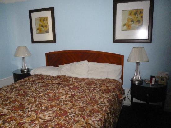 Princess Ann Hotel: Cama comoda y veladores practicos