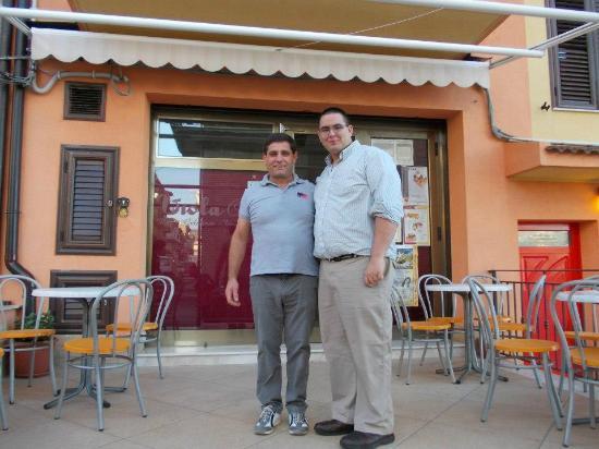 Mussomeli, Italy: With Vincenzo Nigrelli, proprietor, outside of the Viola