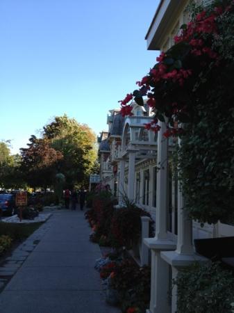 Royal Tours of Niagara Falls from Toronto: Main street, Niagara on the Lake