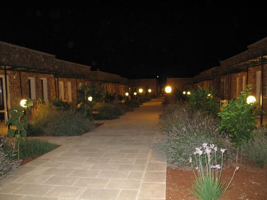 Volito Hotel & Resort: Vista notturna del resort