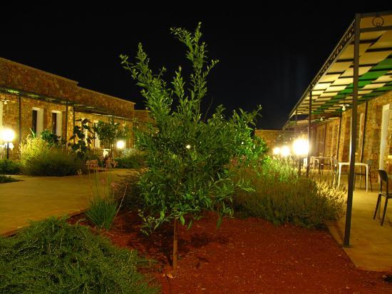 Volito Hotel & Resort: Resort di notte