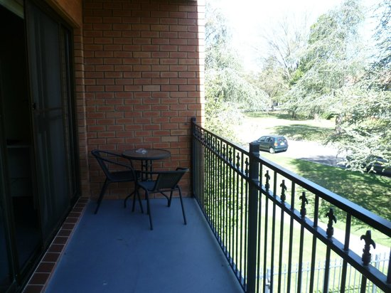 Oxley Court Serviced Apartments: Balcony overlooking Oxley St