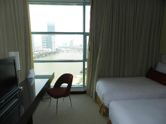 Chatrium Hotel Riverside Bangkok : One Bed Grand Suite view into bedroom
