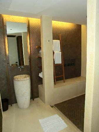 Hansar Samui Resort: Bathroom/shower
