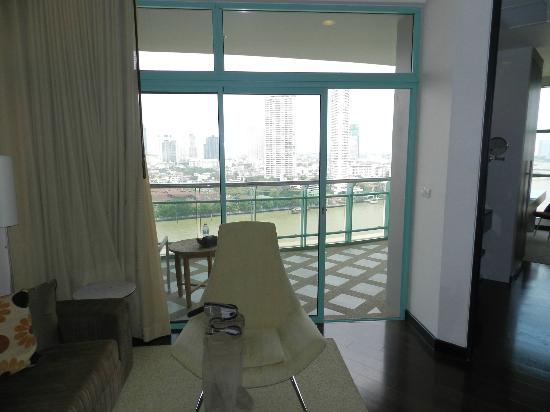 Chatrium Hotel Riverside Bangkok: One Bed Grand Suite view onto balcony