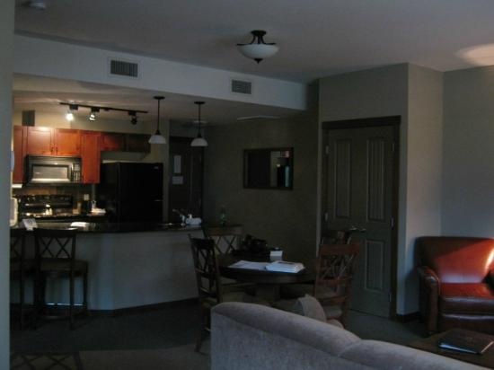 Falcon Crest Lodge: Kitchen and dining area