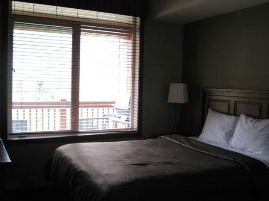Falcon Crest Lodge: Comfy bedroom-great view of mountains