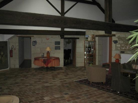 Logis Le Chai de la Paleine : Palier du 1er étage avec biliothèque - vue sur cuisine