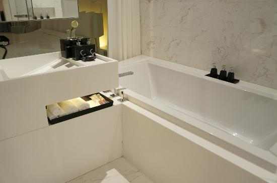 SO Sofitel Bangkok: Bathtab
