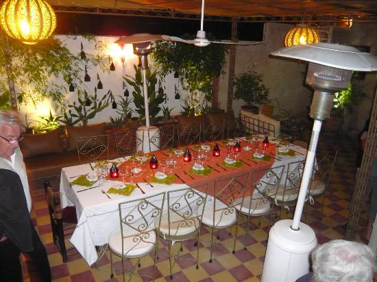 Riad Dar Khmissa Marrakech: Table superbement dressée pour un couscous maison
