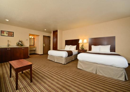 Yellowstone West Gate Hotel: Suite with kitchen area