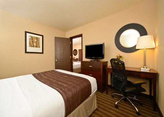 Yellowstone West Gate Hotel: Suite with 2 rooms