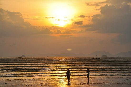 Aonang Buri Resort: Sunset at Nopparathara Beach