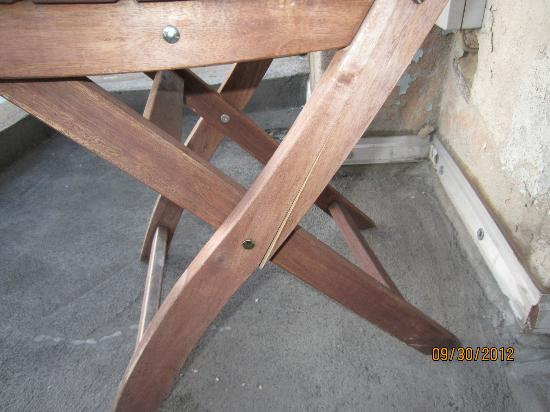Lodge Berlin: Broken chair provided by the owner