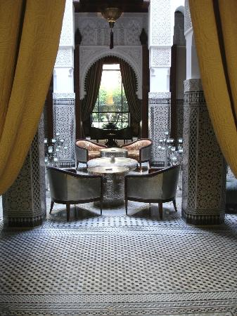 Royal Mansour Marrakech : Looking out towards the outer courtyards from the bar