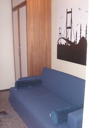 Ambassador Hotel : canapé dépliant chambre triple