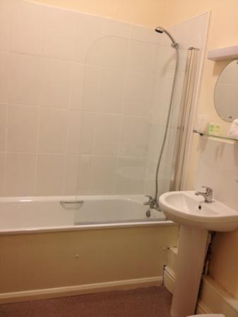 The George Inn : lovely clean bathroom